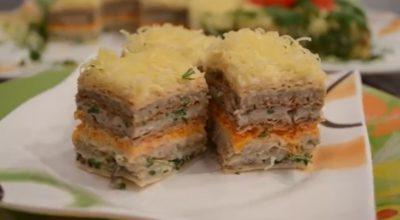 Очень аппетитный закусочный вафельный торт с сельдью и грибами