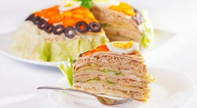 Блинный пирог с салатом из тунца