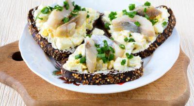 Прекрасные бутерброды с селедкой и яйцом: пошаговый рецепт с фото